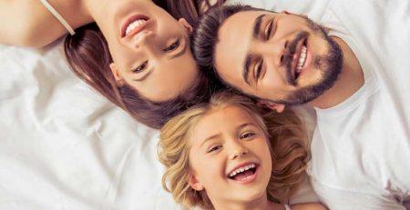 familie liegend Bett